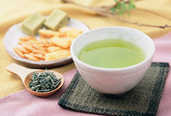 お茶の老舗・おつづみ園の自慢のお茶を小菓子と一緒にお召し上がりください。